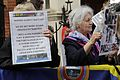 Simpatizantes de Julian Assange se reúnen en los exteriores de la embajada ecuatoriana en Londres. (9060386744).jpg