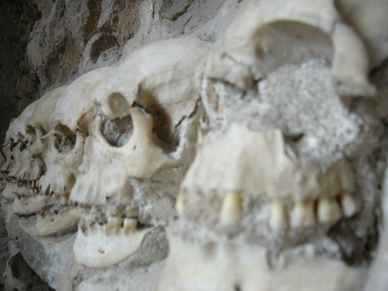 Ćele Kula  800px-Skull_Tower_detail_2