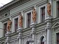 Smíchov, Štefánikova 23, sochy na průčelí.jpg