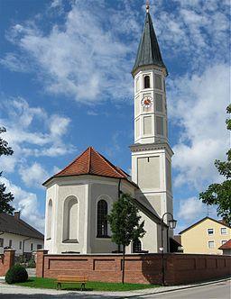 Katholische Kirche St. Ulrich, barocker Saalbau, nach Brand 1834 erneuert, Turm spätgotisch. D-1-84-121-1