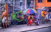 Menschen in einer Straße von Manila