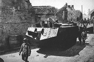 Nivelle Offensive - Image: Sturmwagen wältzen sich durch die Ortschaft Dommiers