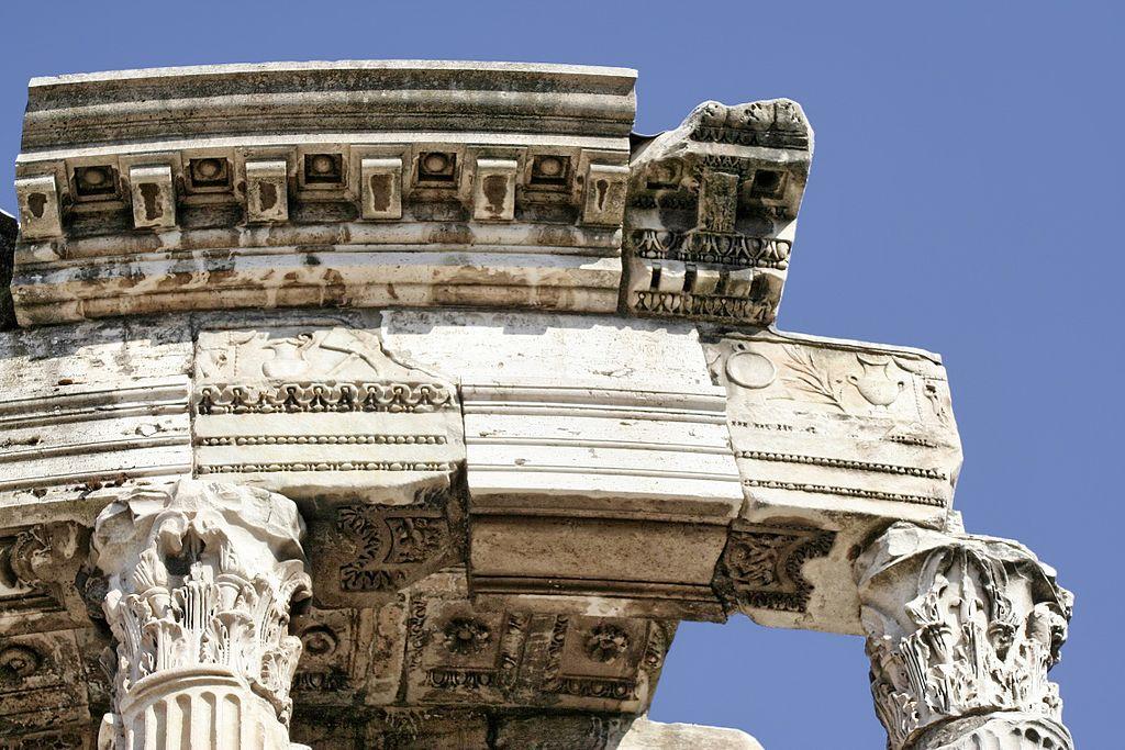 Détails du temple de Vesta sur le forum romain. Photo de Cassius Ahenobarbus