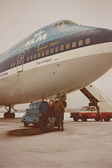 The Cockpit crew of KL 867 inspecting the PH-BFC in Anchorage (December 1989).jpeg
