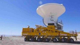 Datei: Die endgültige ALMA-Antenne wird an das Observatorium übergeben