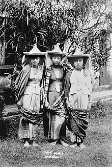 Three Moro women in Jolo, Sulu.jpg