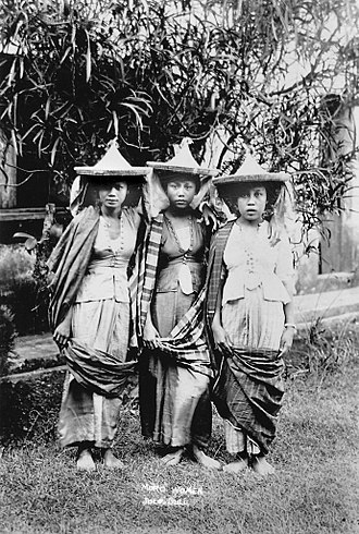Moro people - Image: Three Moro women in Jolo, Sulu