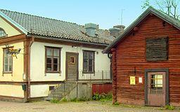 Tims lade (t.h.) og kalket hus (t.v.) i den centrale Norberg.