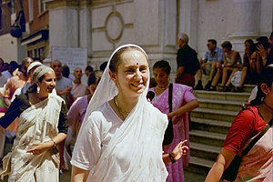 Hinduism in Italy - Image: Urmila Devi On Harinam With Ips 2003Italy