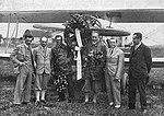 Uvítání škpt. Hamšíka 1928 (zleva ing. Hajn, ing, Beneš, mechanik Kučera, škpt. Hamšík, ing. Kumpera, ing. Barvitius).jpg