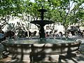 Uzès,place aux Herbes,fontaine.jpg