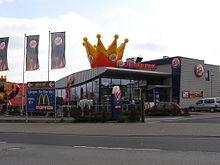 vergleichende werbung von mcdonalds vor einem burger king restaurant - Irrefuhrende Werbung Beispiele