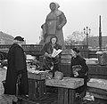 Vrouwen bij hun koopwaar op de vismarkt in Kopenhagen met op de achtergrond een , Bestanddeelnr 252-8836.jpg