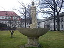Weiblicher Akt mit Brunnen