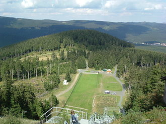 Wurmberg (Harz) - The Wurmberg ski jump in 2006: The treeless strip shows the course of the old Inner German Border; in the background on the right are the outskirts of Schierke