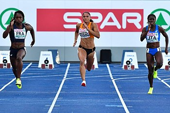 Carole Zahi, Naomi Sedney e Audrey Alloh durante la batteria dei 100 m agli Europei a squadre 2017.