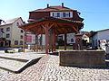 Zentraler Dorfplatz von Kleinschmalkalden mit Brunnen.JPG