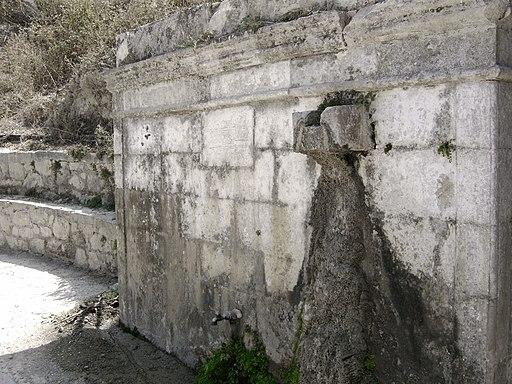Μεσαιωνική βρύση με την τουρκική επιγραφή στη Λούτρα Ρεθύμνου