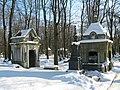 Новодевичье кладбище. Склеп Толстых (слева) и могила Ефремова.jpg