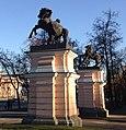 Пилоны ворот с конными скульптурными группами (1).jpg