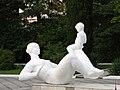 """Скульптура матери с ребенком в парке санатория """"Голубая даль"""" - panoramio.jpg"""
