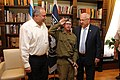 נשיא המדינה מר רובי ריבלין ושר הביטחון מר אביגדור ליברמן שומעים תקיעת שופר מחייל בתכנית גדולים במדים.jpg