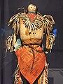 دمية محارب عليها رموز من منطقة لاكوتا في متحف بيبودي لعلم الآثار وعلم الأجناس.jpg