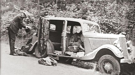 1934 Ford Deluxe V-8 after the ambush with the bodies of Barrow and Parker in the front seats 1932 Ford V-8 containing the remains of Bonnie Parker and Clyde Barrow.jpg