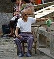 20090920 Starszy mężczyzna nalewa sobie wodę w Tongli 5634.jpg