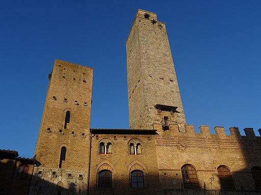 torre Chigi (a sinistra) e LaRognosa (adestra)