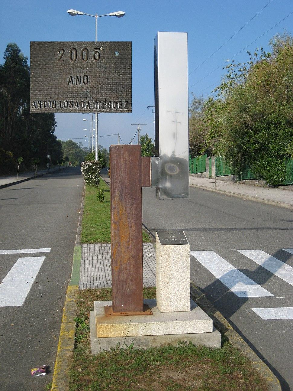 Estatua na Estrada dedicada a Losada Diéguez.