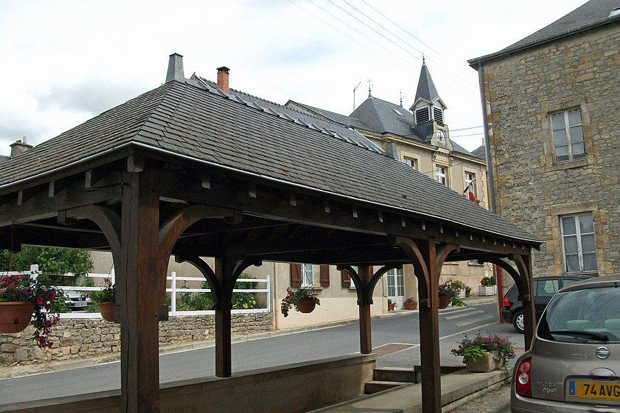 La mairie derrière le lavoir à Chenay.