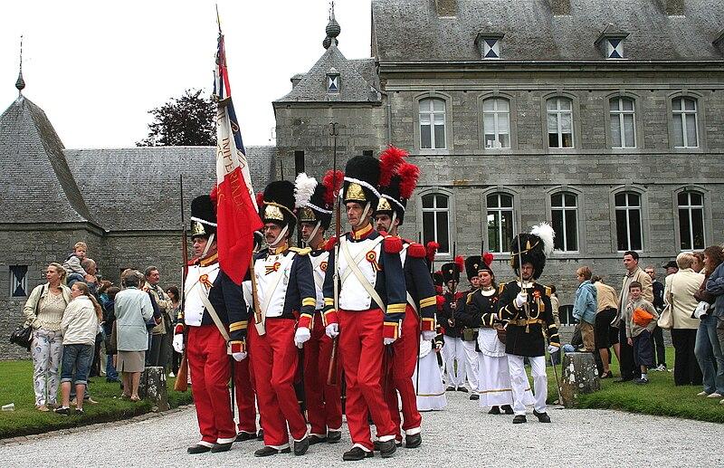 Archivo: Acoz (Belgique) - Granaderos de Joncret quittant la cour du château lors de la «Marche Sainte-Rolende» (2007) jpg.