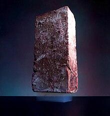 Cegła o masie 2,5 kg położona na ważącym 2 gramy aerożelu-wikipedia
