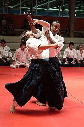 Technique de projection naname kokyu nage, réalisée par Donovan Waite (droite).