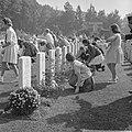 Airborne herdenking te Oosterbeek Oosterbeekse kinderen leggen bloemen, Bestanddeelnr 915-5309.jpg