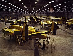 Alfred T. Palmer - Assembling the North American B-25 Mitchell at Kansas City, Kansas (USA).jpg