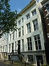 foto van Dubbel huis waarvan de gepleisterde lijstgevel thans een vroeg-negentiende-eeuws karakter heeft
