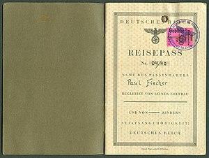Amtsdokument Paul Fischer 1940 Deutsches Reich Reisepass Seite 02 03 Inhaber Ehefrau Kinder Gebührenmarke Finsterwalde Bürgermeister als Ortspolizei.jpg