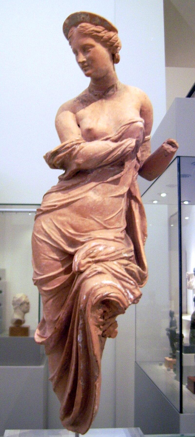افرودیته جزو دوازده خدای اولومپیا میباشد و گفته شده که او بخشایشگر زیبایی و جذب کنندهٔ جنسی بوده که بیشتر اوقات به صورت چهره ای با لبخند شیرین یا تمسخر آمیز ترسیم شده