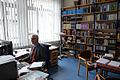 Apl. Prof. Dr. theol. Hans Otte, Direktor vom Landeskirchlichen Archiv, Evangelisch-lutherische Landeskirche Hannovers, 02, am Computer in seinem Büro in der Goethestraße.jpg