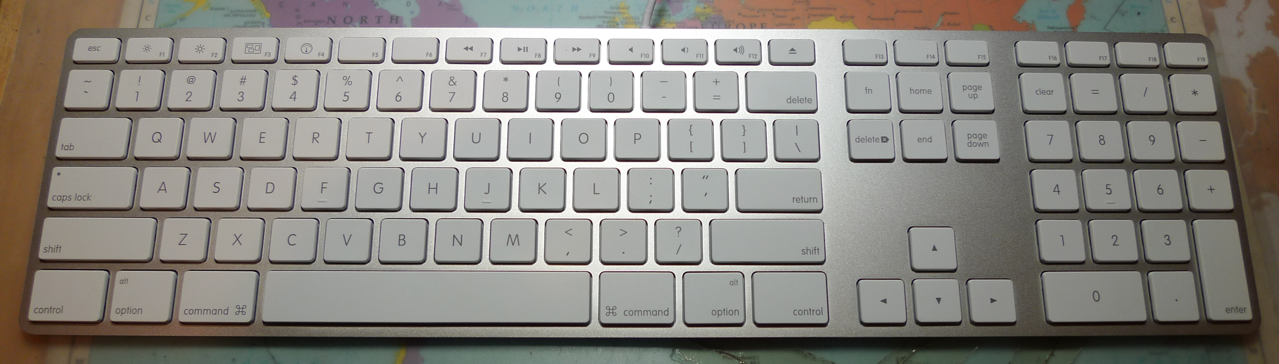 https://upload.wikimedia.org/wikipedia/commons/thumb/e/ea/Apple_iMac_Keyboard_A1243.png/2560px-Apple_iMac_Keyboard_A1243.png