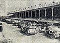 Arrivée des voitures des spectateurs devant les tribunes, Grand Prix de l'ACF 1908.jpg