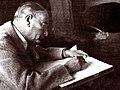 Atatürk masa başında.jpg