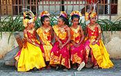 Para penari cilik mengenakan gelung, songket dan kain prada.