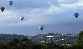 Hot air balloon festival - Image: Balloonsoversuspensi onbridge