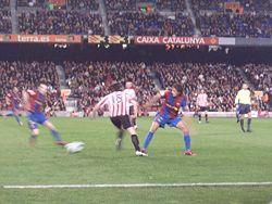 67ce9bdbf7738 Iraola se zafa de Puyol durante el duelo F. C. Barcelona-Athletic de la  temporada 2006-07.