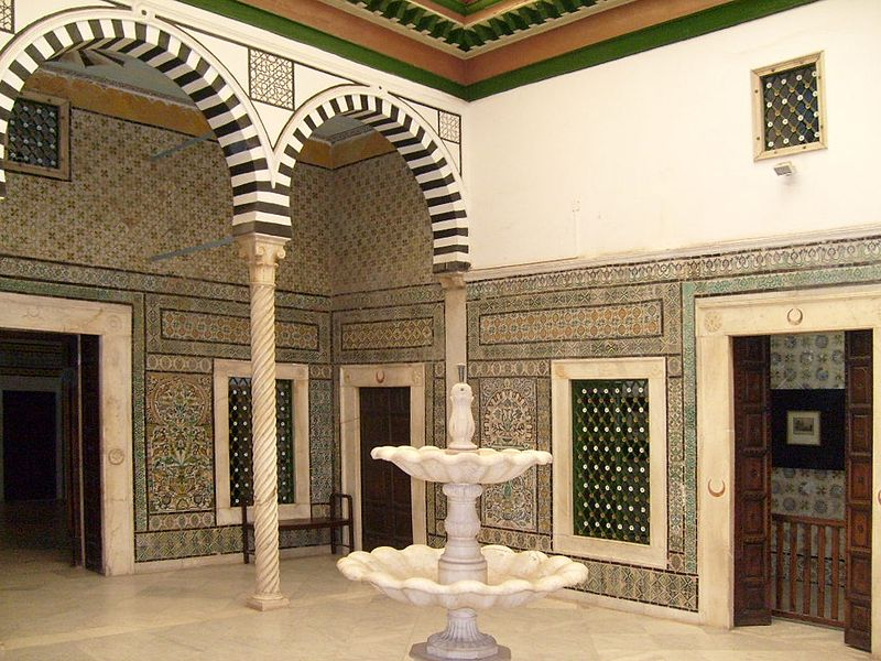 Archivo:Bardo Museum traditional court-2.JPG