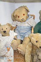 Battered antique teddy bears (26713450163).jpg