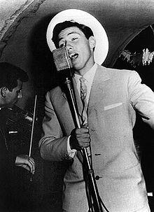 Un giovane Berlusconi cantante su una nave da crociera